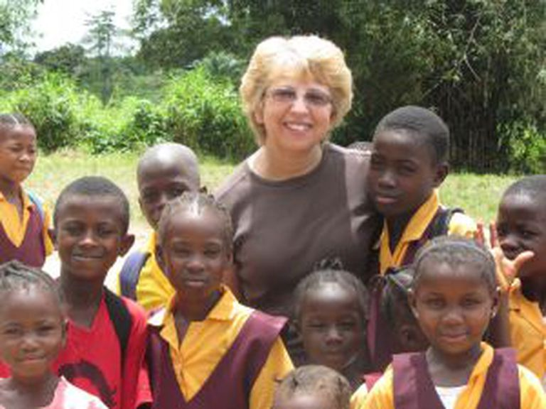 Nancy Writebol, a segunda paciente que chegará aos EUA, durante seu trabalho com crianças na Libéria.