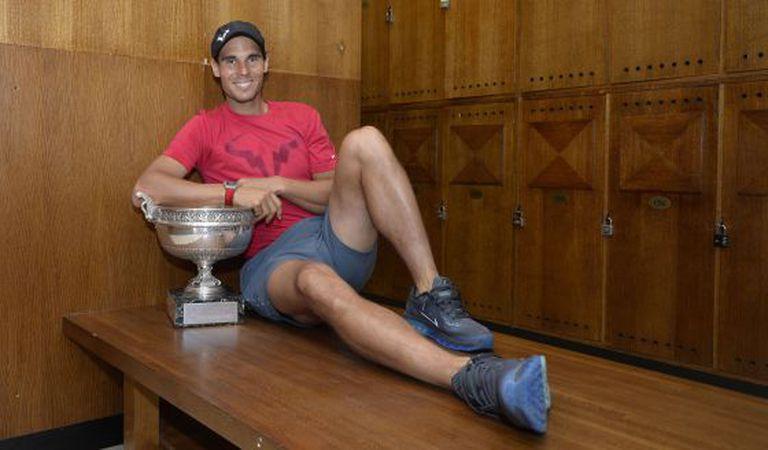 Nadal posa com o troféu de Roland Garros