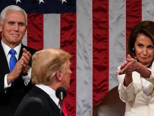 Donald Trump, na noite desta terça no Capitólio, entre o vice-presidente Mike Pence e a presidenta da Câmara de Representantes, Nancy Pelosi