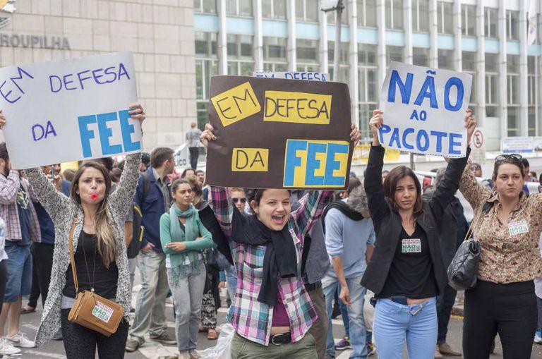 Servidores protestam em Porto Alegre contra o fim da Fundação de Economia e Estatística (FEE), uma das nove que serão extintas.