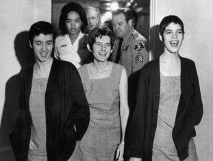 Susan Atkins, Patricia Krenwinkel e Leslie Van Houten riem após ouvirem sua sentença, em 1971.
