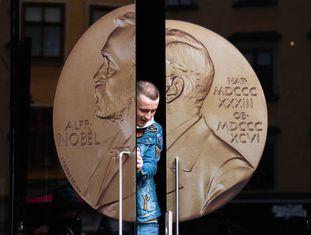 Um homem sai do Museu Alfred Nobel, em Estcolmo (Suécia).