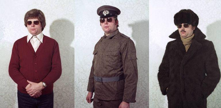 Um espião da Stasi prova diferentes disfarces, em uma imagem recuperada pelo fotógrafo Simon Menner.