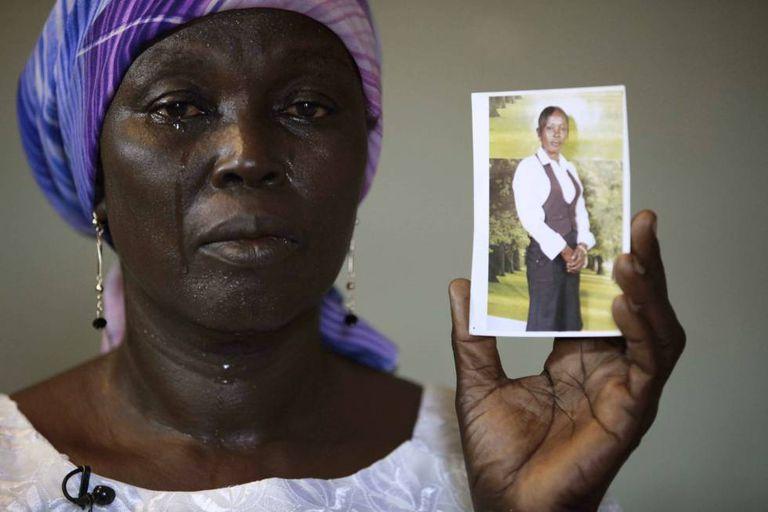 Martha Mark, mãe de Monica Mark, uma das meninas sequestradas em Chibok pelo Boko Haram, chora pela filha no dia em que o grupo terrorista divulgou as imagens das estudantes.