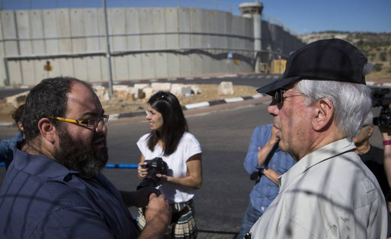 Vargas Llosa (à dir.) com Yehuda Shaul, da ONG Breaking the Silence, em Jerusalém, com o muro divisório ao fundo.