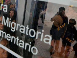 Milhares de venezuelanos esperam para cruzar a fronteira com o Peru.