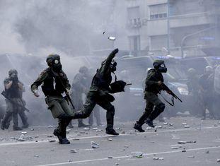 Policiais e manifestantes face a face diante do Congresso argentino
