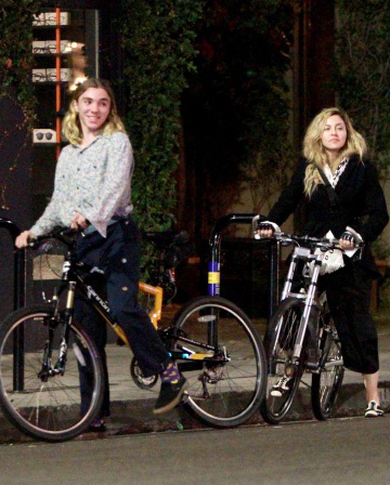 Madonna e o filho Rocco em Los Angeles, em outubro passado.