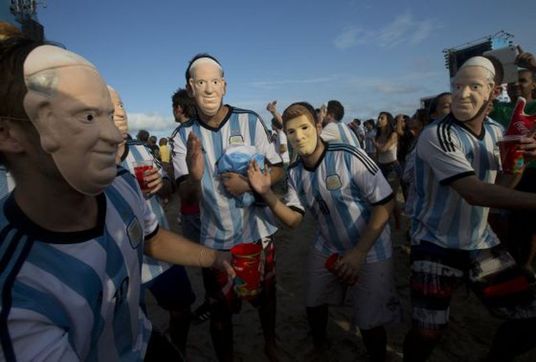 Torcedores argentinos com a máscara do Papa Francisco e de Messi.