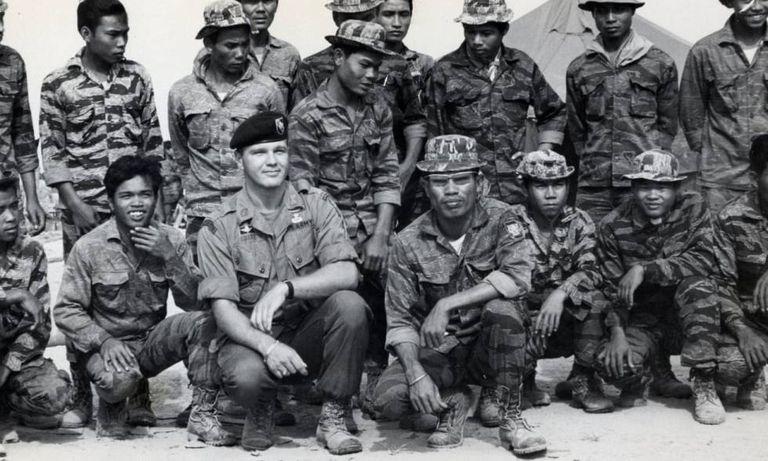 """Em suas memórias, o general Westmoreland definiu Gritz como """"o verdadeiro soldado americano"""". Essa imagem de Gritz cercado por seus pupilos laosianos foi a que Coppola pediu para fazer uma trucagem com a cabeça de Marlon Brando e aproveitá-la em 'Apocalypse Now'. O exército norte-americano se recusou."""