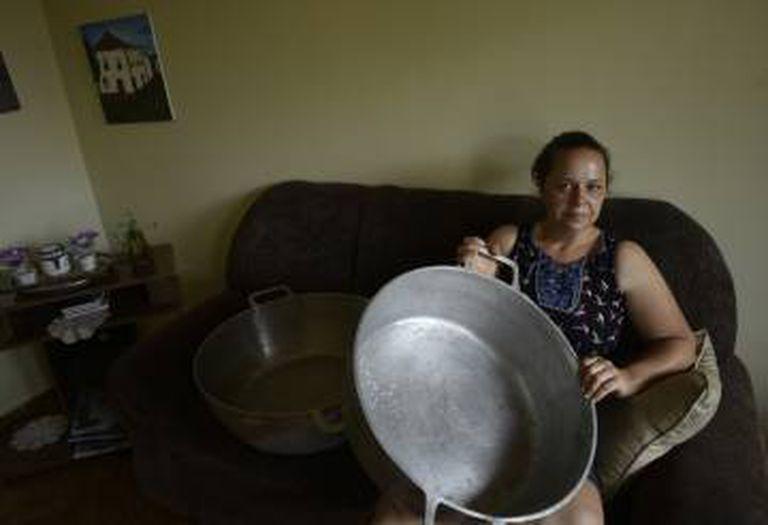Sandra, ex-moradora de Bento Rodrigues, conseguiu resgatar duas panelas da lama.
