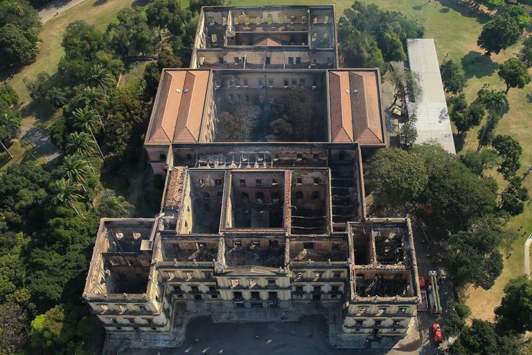 Vista aérea do Museu Nacional após o incêndio, nesta segunda-feira.