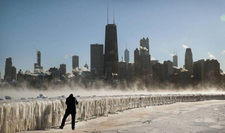 Homem tira foto na orla do lago Míchigan em Chicago, nesta quarta-feira