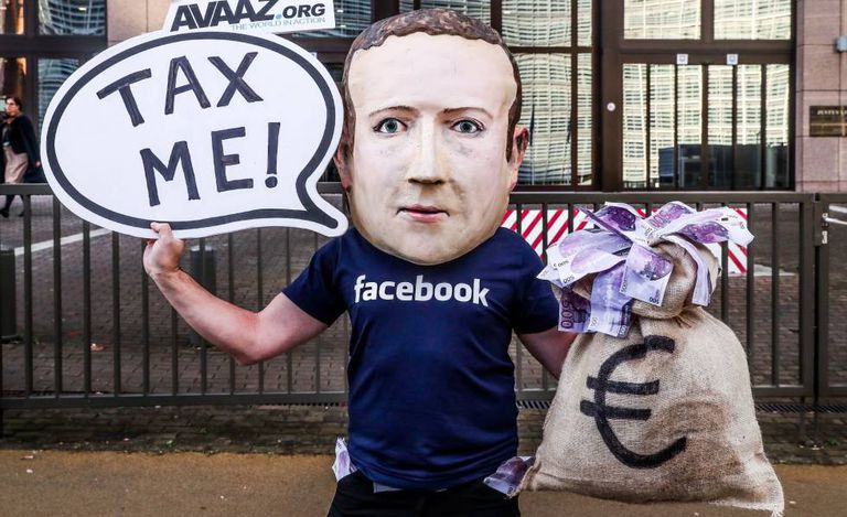 Manifestante protesta contra Mark Zuckerberg, criador do Facebook.