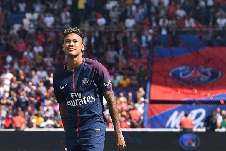 Neymar, durante sua apresentação à torcida do Paris Saint-Germain.