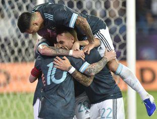Argentinos comemoram gol de Messi no amistoso.