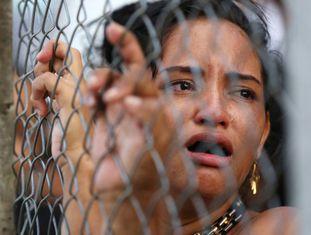 Mulher chora diante com complexo penitenciário em Manaus.