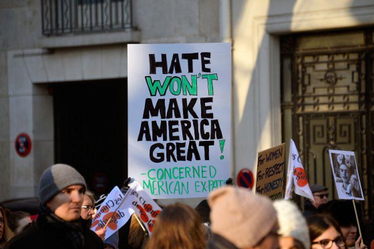 """""""O ódio não fará a América grande"""" (referindo-se ao slogan de Trump """"Fazer a América grande outra vez""""). Tirada em Paris."""