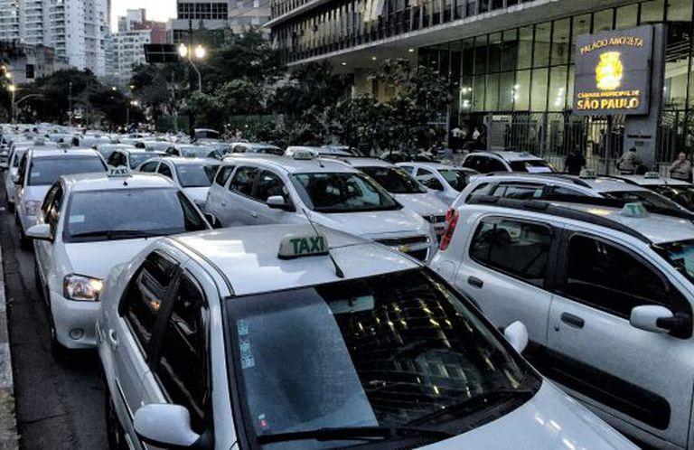 Taxistas fazem manifestação contra o Uber, na frente da Câmara Municipal.