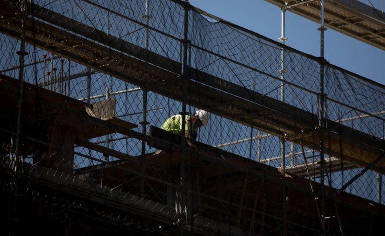Operário em obra no bairro de Ensanche de Vallecas, em Madri.