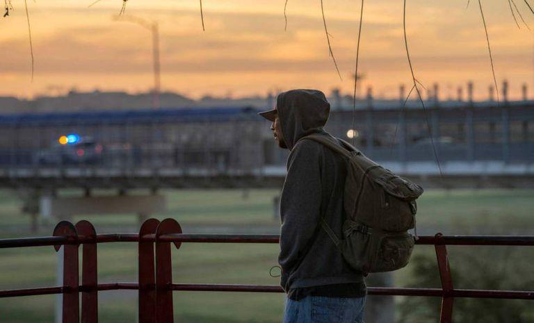 Imigrante centro-americano cruza a ponte da fronteira entre Piedras Negras e Eagle Pass, no Texas.