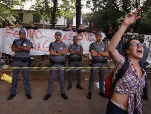 Estudantes protestam em frente à escola sitiada.