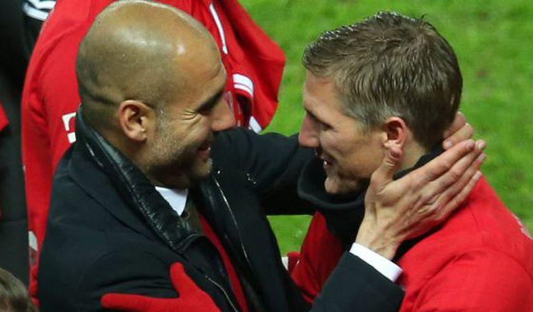 Guardiola abraça a Schweinsteiger.