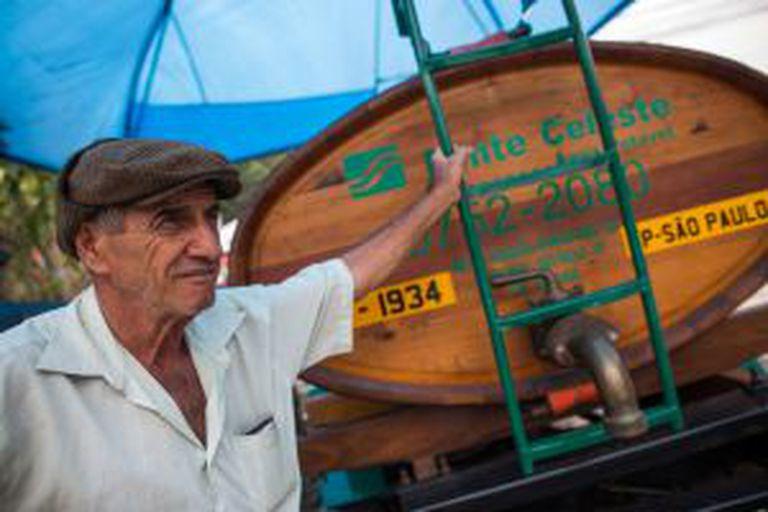Dom Henrique posa em um caminhão-pipa de 1934.