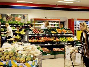Dinamarqueses fazem compras em um supermercado.
