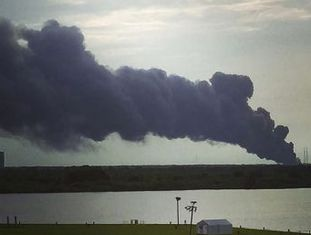 O incidente do Falcon 9 deixou uma cortina de fumaça no céu. Não há nenhum ferido, segundo a companhia