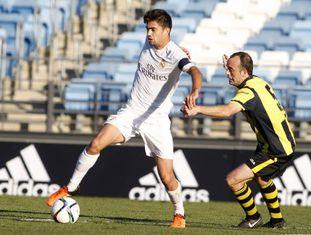 Capitão do Castilla, Enzo Zidane protege a bola.