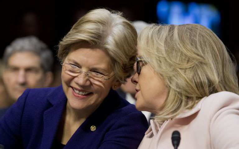 A senadora Elizabeth Warren (esq.) com Hillary Clinton.