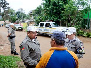 Equipe da patrulha no Rio Grande do Sul conversa com morador.