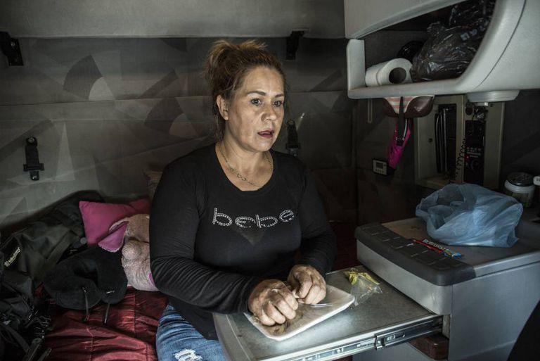 Clara Fragoso se prepara para comer dentro do caminhão.