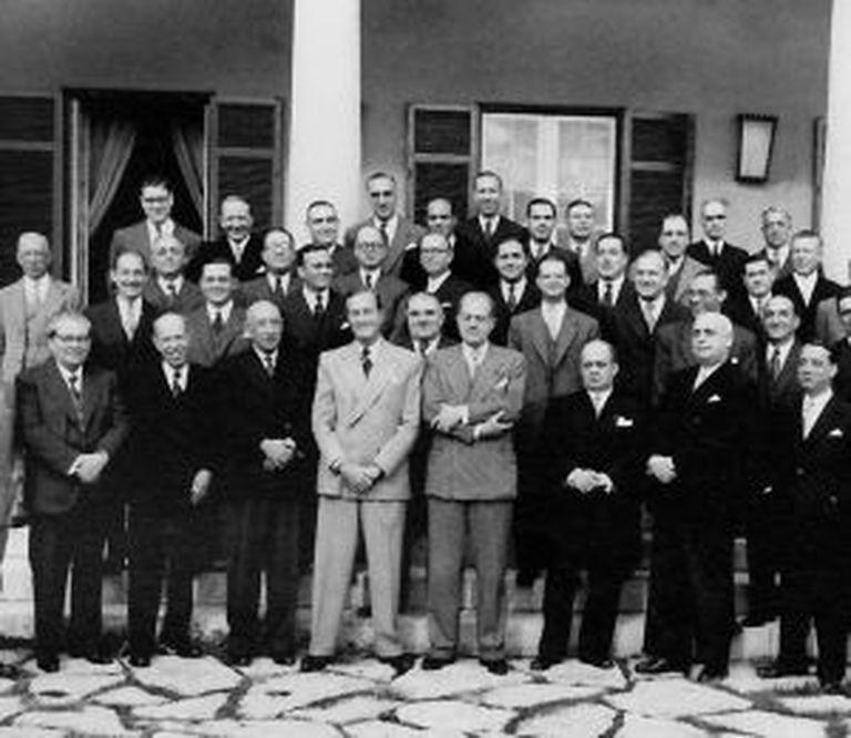 Ricardo Ribeiro, filho do fundador, com um grupo de funcionários em 1945.
