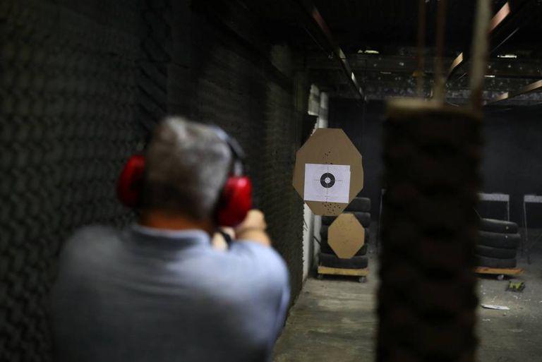 Homem atira em clube de tiros no Rio de Janeiro.