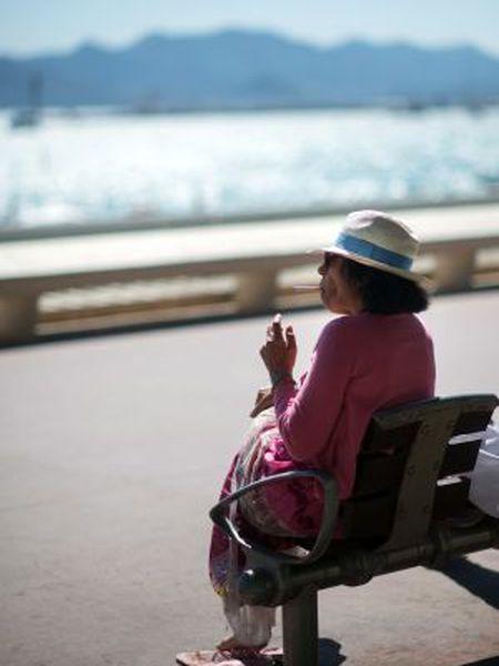 Uma mulher fuma um cigarro, no sul da França.