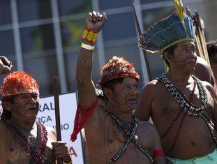 Indígenas participam de protesto no acampamento do ano passado em Brasília.
