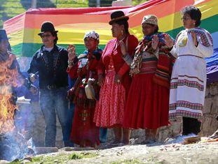 """Autoridades indígenas realizam ritual para invocar o """"espírito"""" do mar, em apoio à demanda da Bolívia contra o Chile em Haia."""