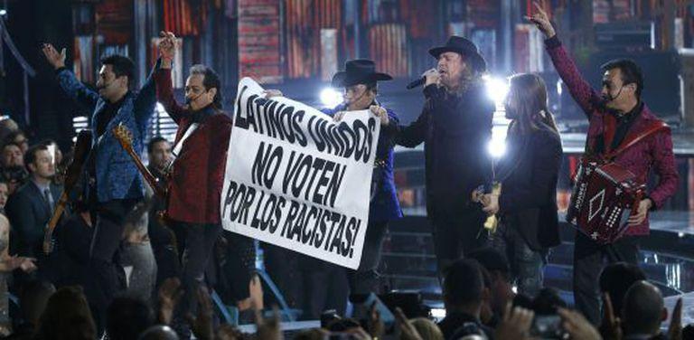 Maná e Tigres del Norte exibem cartaz em sua atuação.