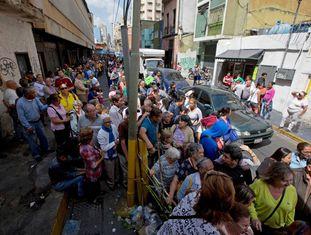 População faz fila em um supermercado para comprar papel higiênico com preço regulado disponibilizado nesta sexta-feira pelo Governo venezuelano em Caracas.