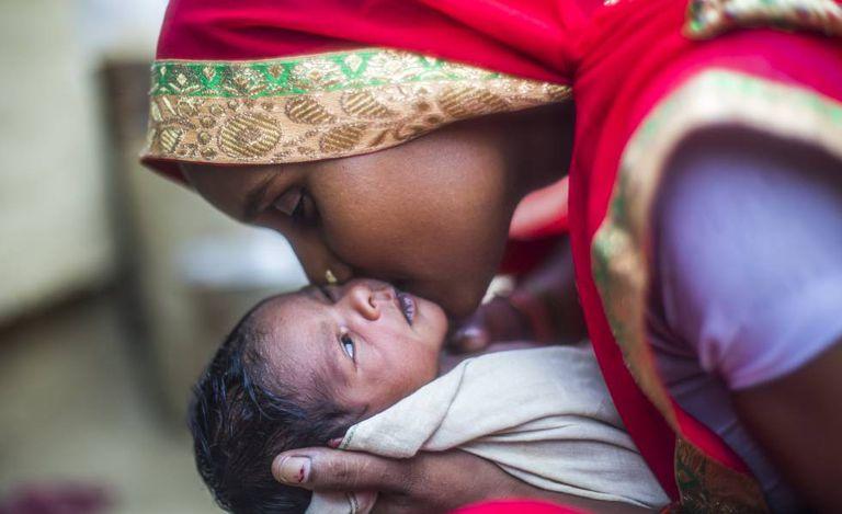 Uma mãe e seu bebê recém-nascido em Shrawasti, no estado indiano de Uttar Pradesh.
