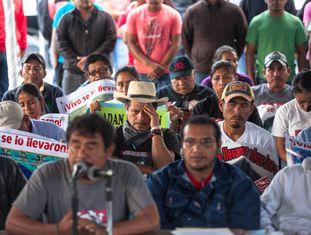 Pais de desaparecidos de Iguala, na quinta-feira na Cidade do México.
