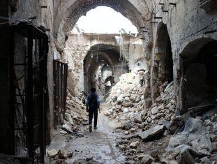 Um rebelde cruza o velho mercado de Alepo, na Síria.