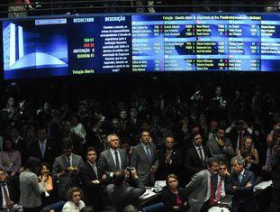 Painel do Senado mostra o placar final da votação, que aprovou o impeachment de Dilma Rousseff, por 61 votos a favor da cassação, contra 20 contra. Nenhum senador se absteve. Assim, Dilma Rousseff deixa de ser presidenta do Brasil e Michel Temer assume definitivamente a presidência.