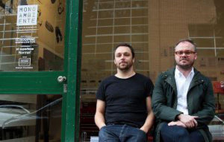 Martin Huberman (esquerda), dono da galeria Monoambiente, com o curador artístico Carlos Mínguez Carrasco.