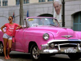 Uma turista posa em Havana nas vésperas da chegada do Papa Francisco