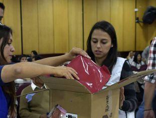 Funcionários da autoridade eleitoral abrem uma caixa com atas da eleição presidencial em Quito.