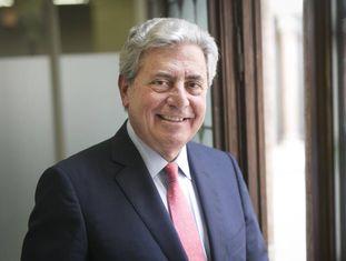 O médico Rafael Blesa, no Palau Macaya, de Barcelona.