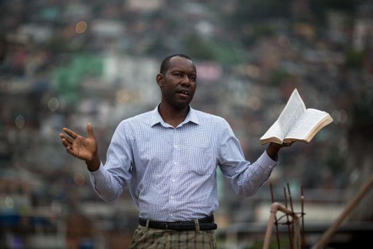 O pastor Abelardo Lino pregando na Rocinha.
